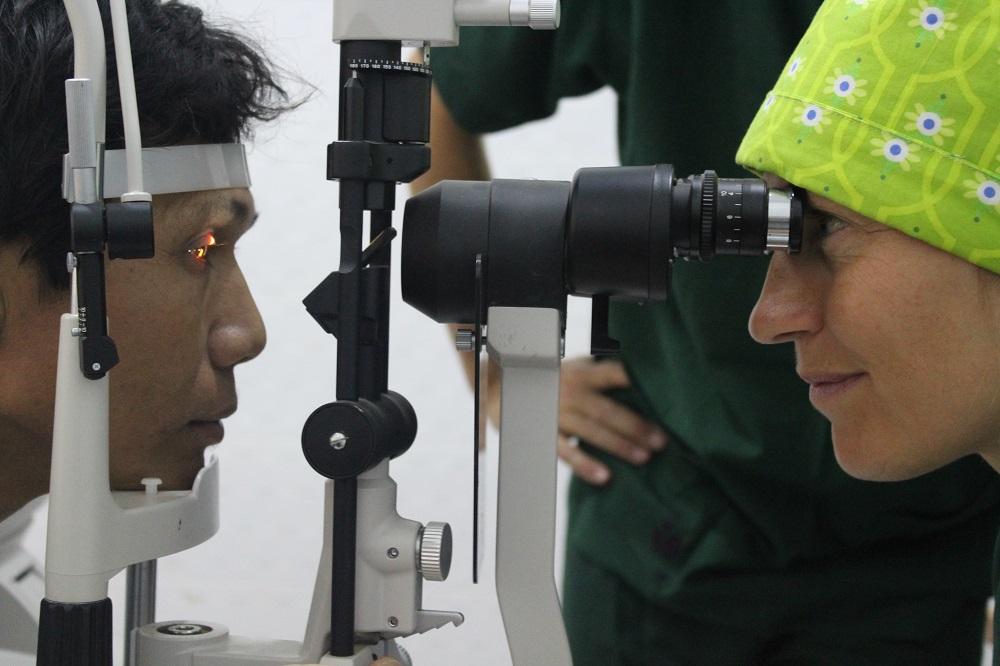 Oftalmoloog Leroux aan het werk