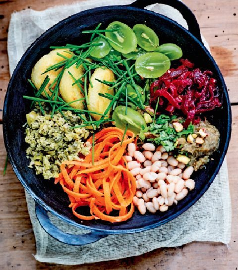Buddha bowl met polenta, witte bonen en auberginepuree