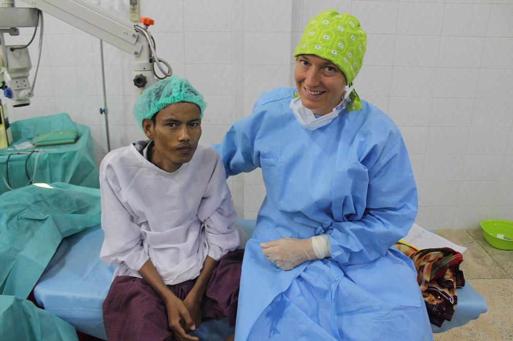 Dr Leroux en de man na zijn cataract operatie.