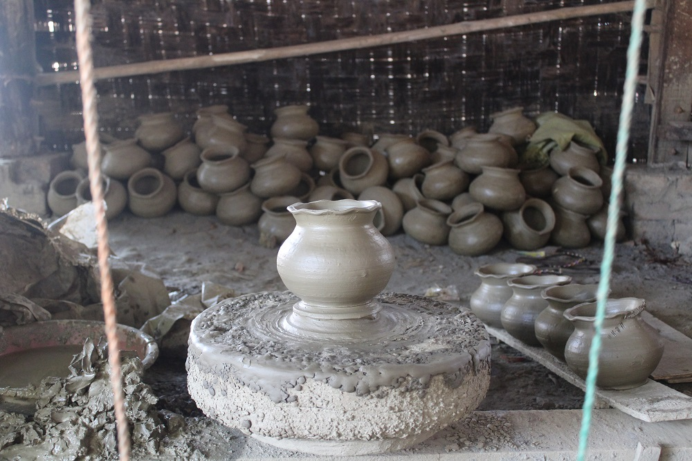 Een pottenbakkerij onder een huisje op palen