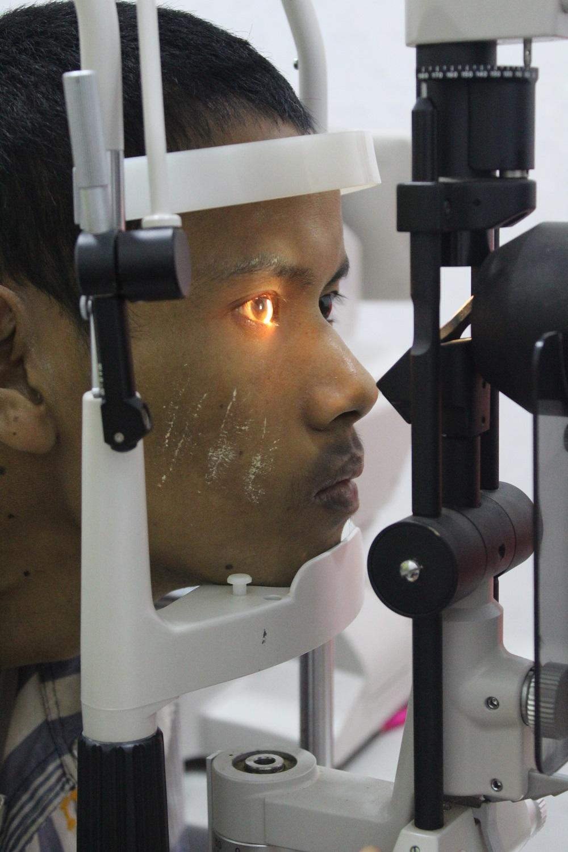Man met katarakt in consultatie kamer