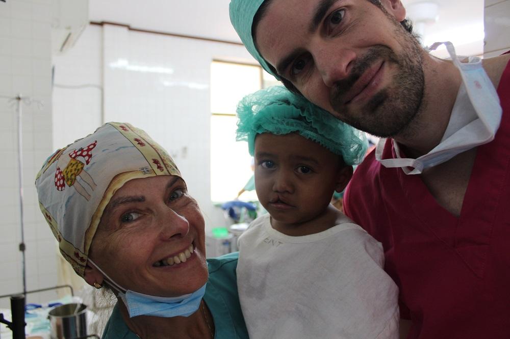 Verpleegster Isabelle en Dr Vermeulen animeren een jong patiëntje