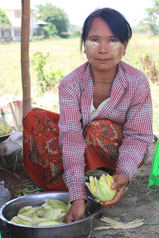 een vrouw bereid mango