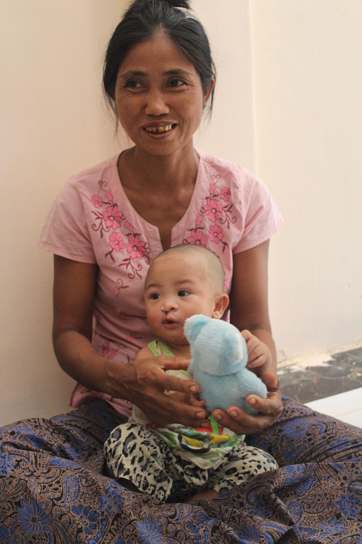 moeder en baby ontvangen kadootjes