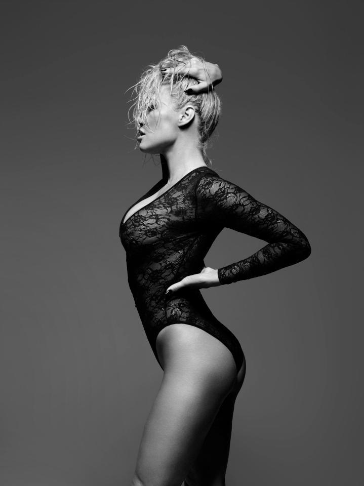 Pamela_Anderson_lingerie_poseren_naakt