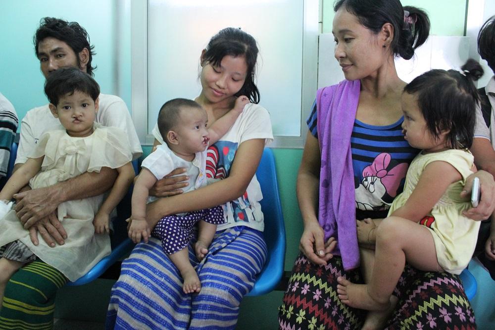 ouders en kinderen wachten op hun consultatie