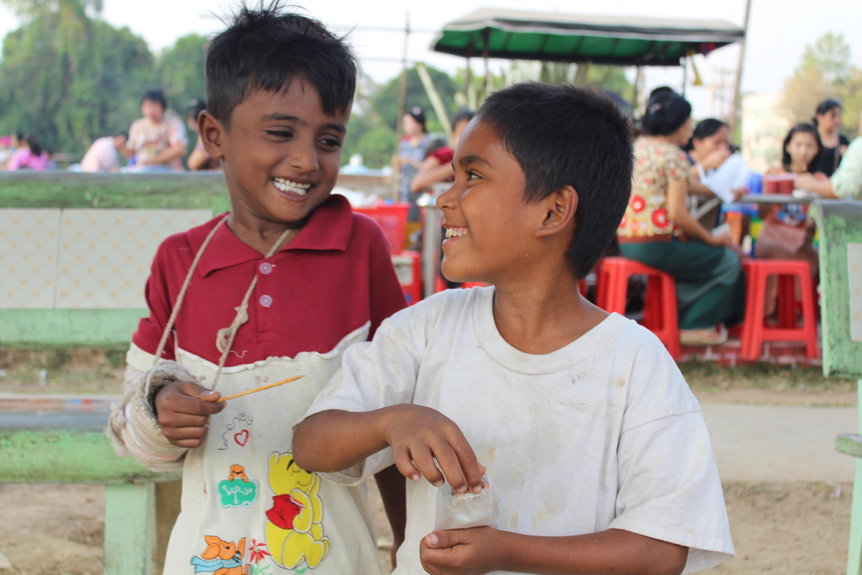 Twee jongetjes lachen op de markt