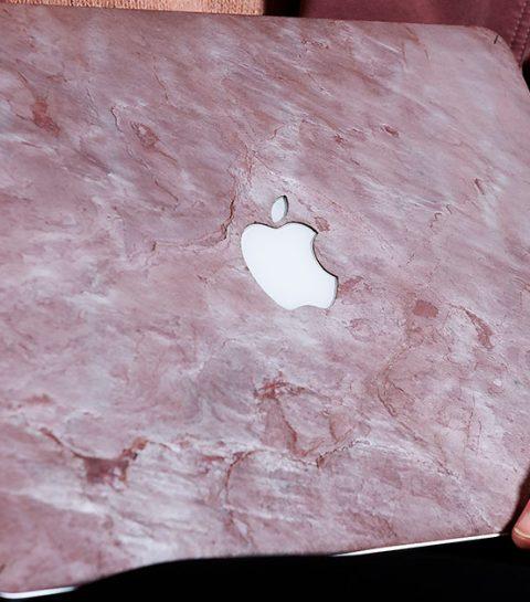 Hier kan je een marmeren laptopcase shoppen