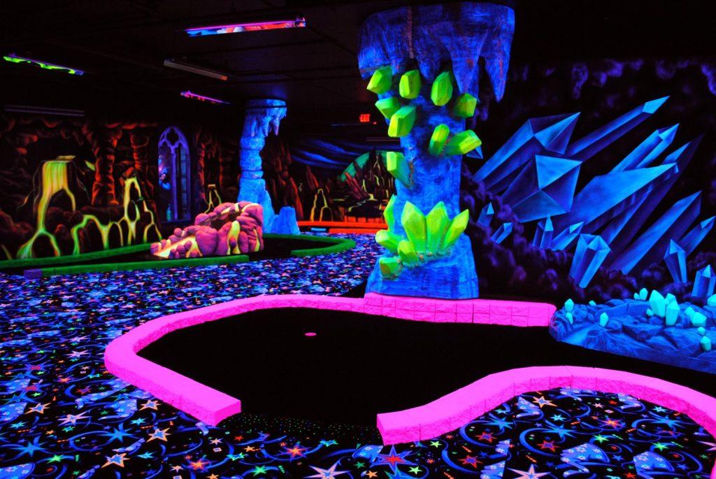 kitsch activiteit blacklight black light glow dark minigolf mini golf belgië