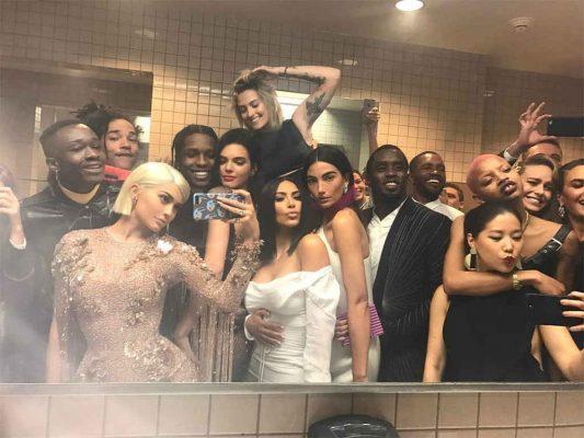 met gala bathroom selfie kylie jenner