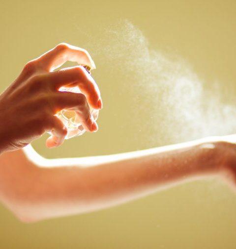 Door deze typische fouten blijft je parfum niet hangen
