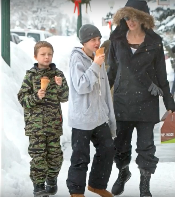 Angelina hier met Knox en Shiloh.
