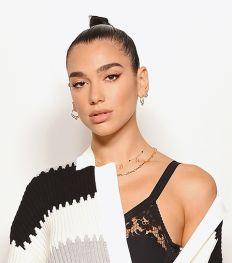 Wat zit er in de make-uptas van… Dua Lipa?