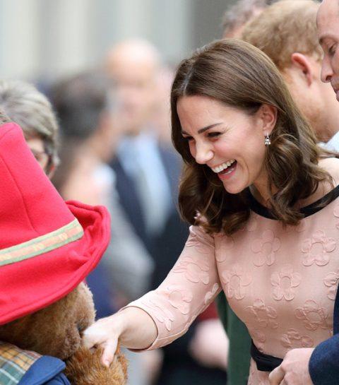ZIEN: zwangere Kate Middleton danst met beertje Paddington