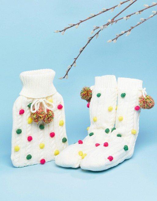 Asos, 18,99 € (voor de sokken en de warmwaterkruik)