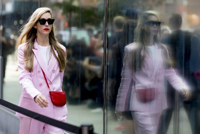shopping pastel pak streetstyle look blazer broek roze pink