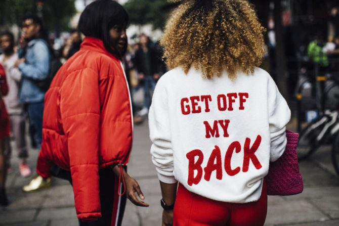 streetstyle inspiratie tekst rug street style stijl fashion mode tip stylist jas mantel rug print hm get off my back