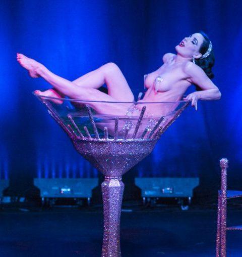 Maak je lief gek van verlangen met een sexy strip tease