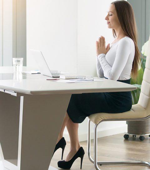 5 eenvoudige yoga-oefeningen die je op je bureaustoel kan uitvoeren