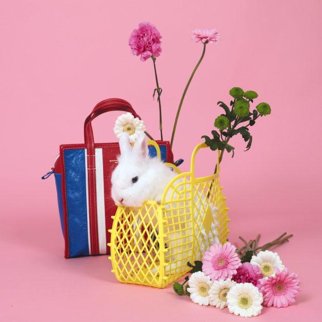 ccessoires trend trends zomer shopping fashion millenial pink roze konijn bunny rabbit bloemen shopper bag tas handtas balenciaga monki