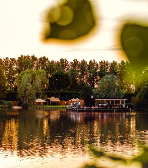 Glamping in een cocon en eten op een vlot: Diner on the Lake is terug