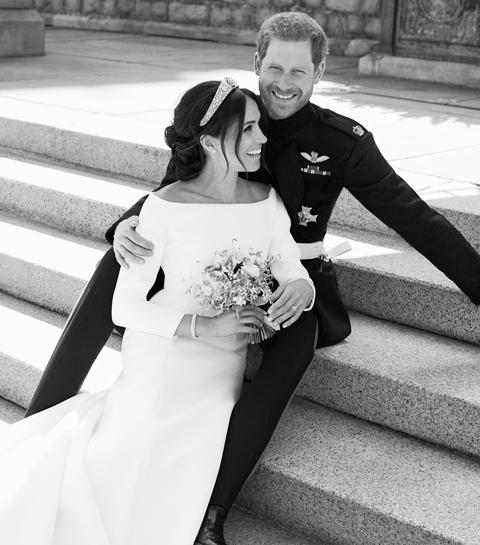 De officiële huwelijksportretten  van Meghan en Harry zijn zoals verwacht lekker casual