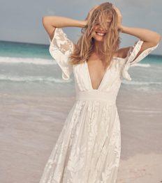 15 betaalbare bruidsjurken voor een strandhuwelijk