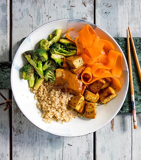 Quinoa tofu bowl met broccoli en een pittige pinda-gemberdressing