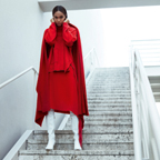Fashion shoot met Joan Smalls. Ton sur ton in winters rood.