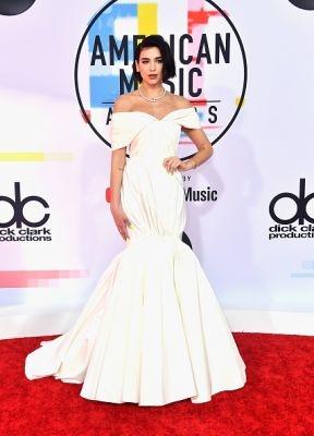 rode loper, american music awards, ama, 2018, jennifer lopez, dua lipa, cardi b