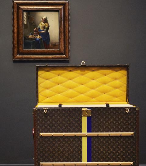 'Het Melkmeisje' van Vermeer op reis in koffer van Louis Vuitton