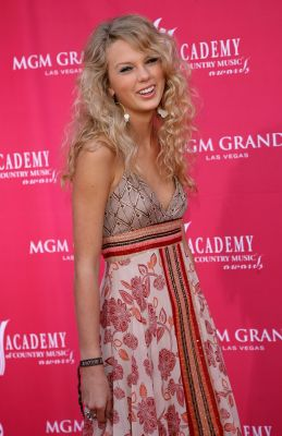 taylor swift, outfit, look, fashion, stijl, style, mode, iconisch, rode loper