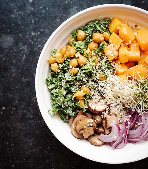 Tahini en boerenkoolsalade met lentegarnituur
