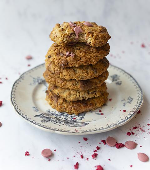 Cookies met roze chocolade, havervlokken en frambozen