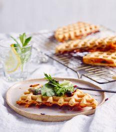 Croque wafeltjes met kaas, beenham, basilicum en tomaat