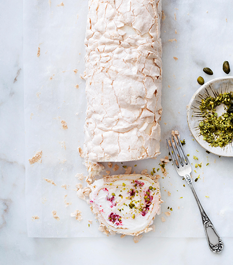 Rolgebak met room, frambozen en pistachenoten