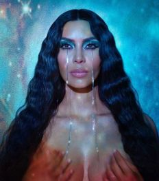 In deze expo kan je Kim Kardashian zien als Maria Magdalena