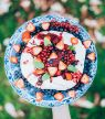 Pavlova met rode vruchten, granola & munt
