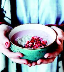 Porridge van gierstvlokken, chiazaden en granaatappel