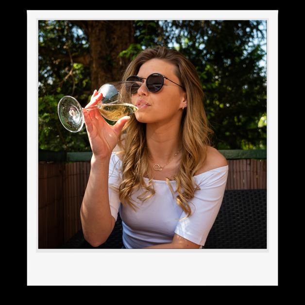 meisje met wijnglas