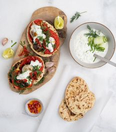 Toast met geroosterde groenten en vegan tzatziki