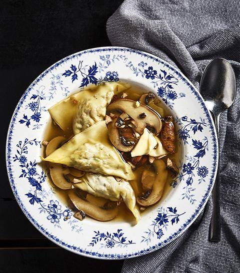 Aziatische bouillon met ravioli van portobello
