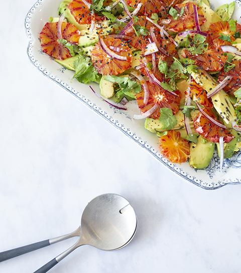 Lichte salade met avocado en bloedsinaasappel