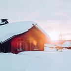 Waar gaat de reis naartoe? Chique berghutten op besneeuwde toppen, winterse chalets die doen dromen.