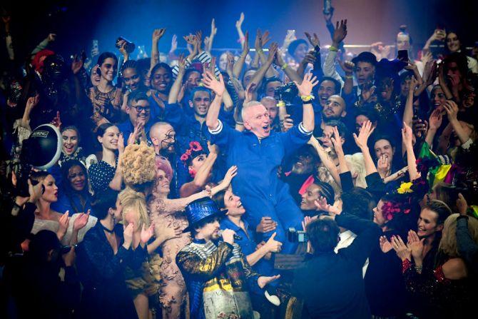 Jean Paul Gaultier wordt letterlijk op handen gedragen - Getty Images