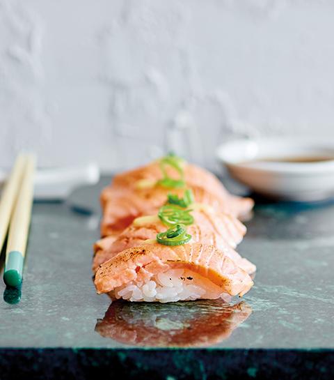 Recept: Nigiri sushi met geschroeide zalm