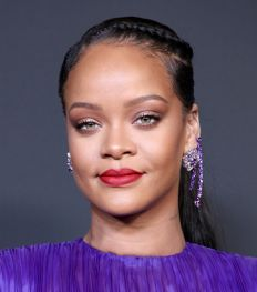 Rihanna's nieuwe make-up tutorial toont de perfecte zomerlook