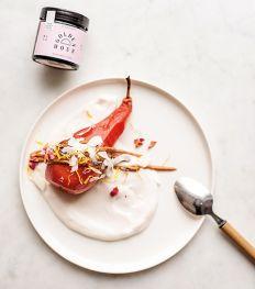 Recept: hibiscus peer met kokosyoghurt en maca karamel