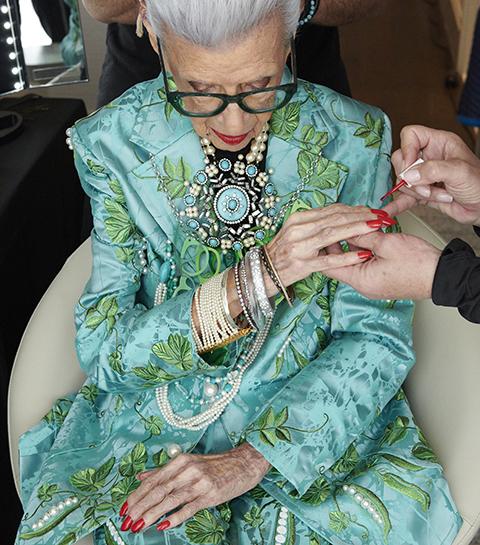 H&M gaat collab aan met 100-jarige fashionista Iris Apfel